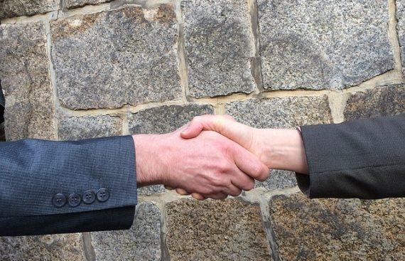Рукопожате в деловых переговорах хороший знак фото