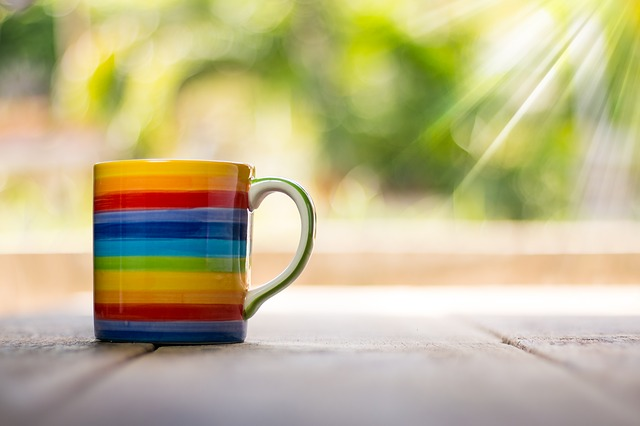 Кружка с чаем в цветах радуги для настроения фото